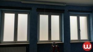 Applicazione pellicole vetri su finestra con effetto sabbiato